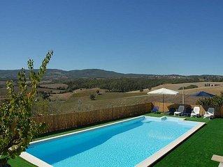Villa Bambina: Una gradevole e spaziosa villa su due piani circondata dal verde.