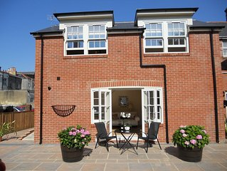 Luxury Mews House in Tranquil Courtyard. Central Ryde. 5 Minutes Walk to Beach.