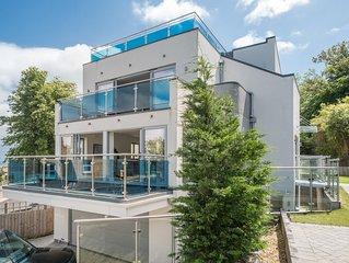 Modern House with amazing views sleeps 10
