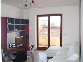 Quality self-catering for two, new modern flat, convenient town centre location.