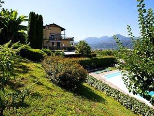 Ferienwohnung mit großer Terrasse und Garten in einer Residenz mit Pool