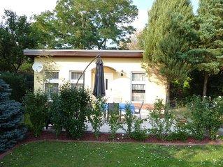 Zentral gelegenes Ferienhaus im Garten mit Pkw-Stellplatz