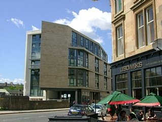 Lovely spacious 2 bedroom Apartment, Glasgow with Private Parking