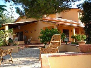 Villa 'Il Plumbaco' con ampia veranda e rigoglioso giardino. A 5 minuti dal mare