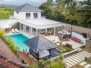 Villa Lovina-beach 2, luxury 5* villa , staff, beachfront, pool, free boattrip