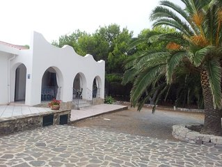 VILLA in Sardegna  a 50 metri dal mare con parco privato , vasti ambienti .
