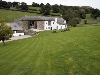 Large farmhouse for 12 guests. Extensive gardens + hot tub
