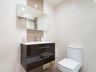 Luxury Apartment This spacious apartment is ideally 10 minutes from the city!