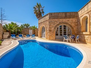 Comfortable villa with pool, sunbeds and Wi-Fi located close to Victoria