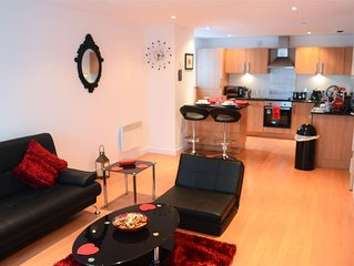 Superb 1 Bedroom Apartment (sleeps 5) next to SSE Hydro - Airbnb Superhost!!