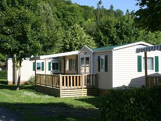 Neat mobile home with porch, in the nature outside of Paris