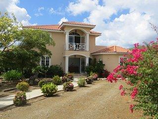Luxe 6-persoons villa met privé-zwembad, terras en uitzicht op zee.