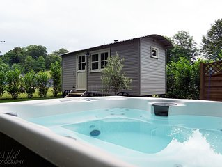 The Snug Luxury Shepherds Hut With Private Hot Tub