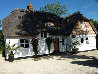 Beautifully Appointed Riverside Thatched Cottage. Town Centre, Yet Secluded