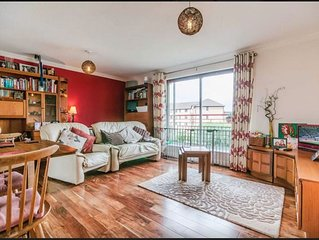Cosy, Central Riverside Flat with Parking (3Dbls)