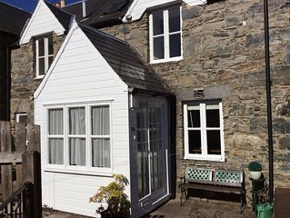 Lovely, peaceful, cottage with garden. Secluded but minutes from town centre.