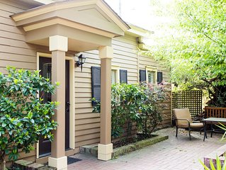 Stay with Lucky Savannah: One bedroom cottage steps away from Forsyth Park!