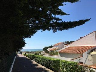 Jolie maisonnette face a la mer avec piscine dans une residence privee