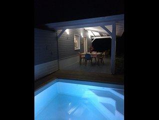 Villa F3 neuve avec piscine privée et salle de bain originale