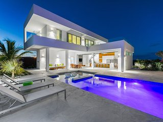 Luxurious villa perfect for Large Families, 500 ft from Long Bay beach