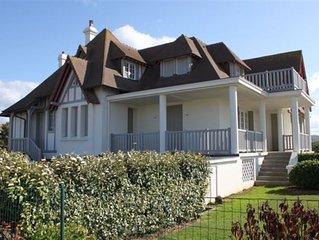 Pres des planches, la Villa Namouna a Deauville offre une belle vue sur la Mer