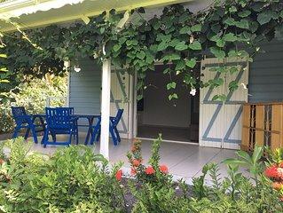 dans un jardin tropical  charmant logement securise pres de la mer