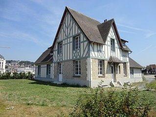 La Villa Le Phare offre une tres belle vue sur mer et le port de Deauville.