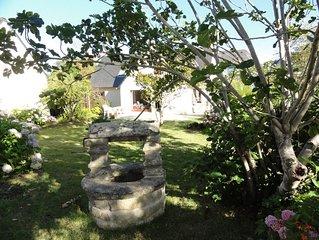 Joli Cottage en pierres debouts dans un beau jardin fleuri proche plage