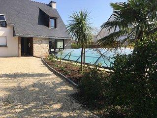 Grande maison, piscine chauffée , à 300m de la plage de Locmiquel.