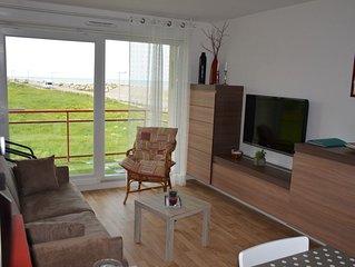 Appartement avec balcon , vue sur mer et falaise , exposition sud .