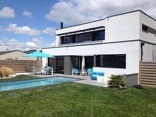 Maison contemporaine avec piscine chauffee privee idealement situee