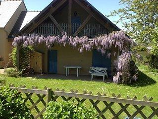 Location maison dans jardin fleuri, cadre bucolique tout  près de la mer