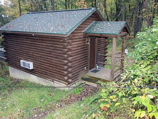 Comfy couples cabin in the woods of Hocking Hills with a hot tub!