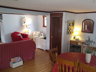 Middle of the strip! Lake Escape Cottage, Sleeps 10, Private Lane with Lake View