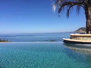Cette Villa Pied dans l'eau,sa  piscine à débordement sera votre paradis