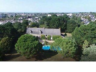 Grande maison familiale, piscine chauffée,10 min à pied du centre de Vannes