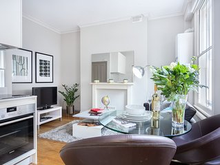 Spacious Cleveland Street 1B apartment in Camden with WiFi.