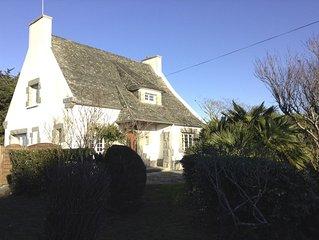 une belle maison traditionnelle bretonne avec vue panoramique sur mer.