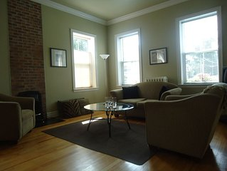 Stylish Downtown Historic District Suite Near Water Front & Convention Centre