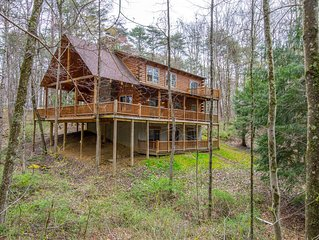 Gorgeous pet friendly, 3 level lodge bordering the Buckeye Trail!