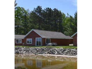 Beautiful lakeside 2 Bedroom resort cabin on private lake (Cabin#4)
