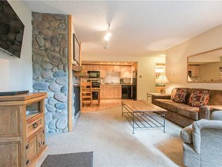 Cozy Ski-in/Walk-out condo, outdoor hot tub, free wifi, parking, great value!