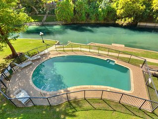 Jewel on the Comal River! Walking Distance to Schlitterbahn and Downtown!