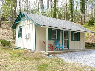 A peaceful retreat near hiking trails in Hickory Nut Gorge