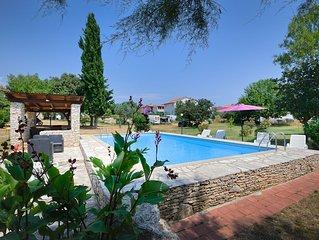 Schöne Ferienwohnung mit großem Pool, Küche, Bad, Klima, Garten und BBQ