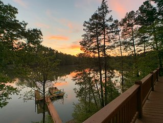 Water's Edge – 7 Bdrm / 5.5 Bath Home Steps From The Lake
