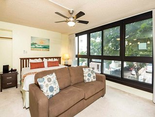Casual Hawaii! Separate Sleeping/Living Area, Kitchenette, AC, WiFi–Waikiki Gran