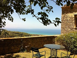 Little cottage set in a botanical garden with view on the sea and use of pool