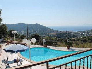 Villa Gioconda: Un'incantevole villa su tre piani situata su una collina.