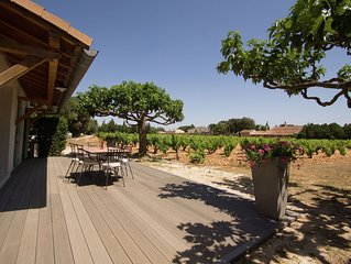 Detached holiday home on the edge of a vineyard at Châteauneuf-du-Pape
